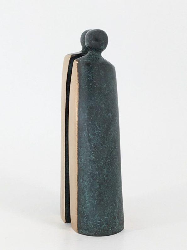 Skulptur i massiv bronze af to forelskede personer